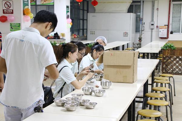 工作人员在开封新餐具.JPG